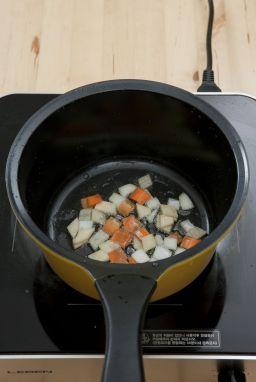 3. 냄비에 올리브오일을 두르고 감자, 양파, 당근을 넣어 볶는다.