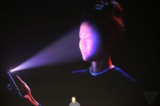 애플의 얼굴인식 시스템 '페이스ID' 시연 모습