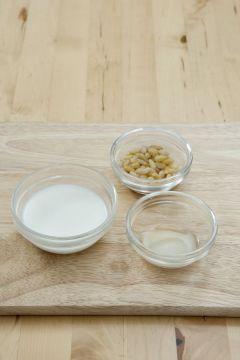5. 우유 잣 소스를 만든다. 우유 1/2컵, 잣, 식초, 설탕, 소금을 믹서에 넣어 곱게 간다.