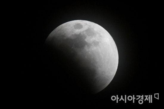 슈퍼문과 블루문, 블러드문을 한번에 관측할 수 있는 31일 서울 도심 하늘에 슈퍼문이 부분월식을 시작하고 있다./강진형 기자aymsdream@(기사와는 무관)
