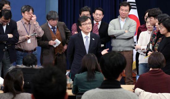 김의겸 청와대 전 대변인이 지난해 2월 춘추관에서 브리핑을 하고 있다. [이미지출처=연합뉴스]