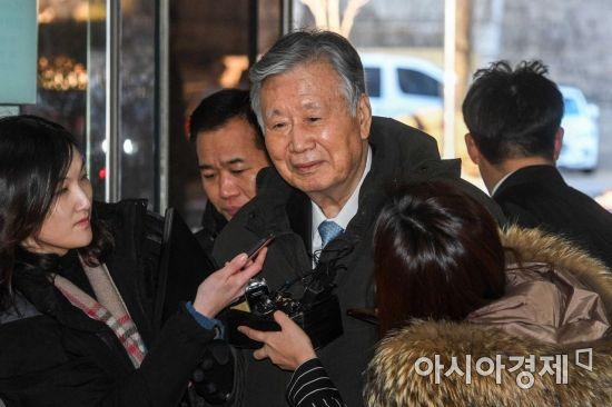 이중근 부영그룹 회장이 서울 서초구 서울중앙지방법원에서 열린 구속영장실질심사에 출석하기 위해 법정으로 들어서고 있다./강진형 기자aymsdream@