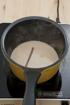 3. 우유가 막 끓어오르려 하면 불을 끄고 미리 불려놓은 찻잎과 물을 부어 가볍게 한 번 휘젓는다.
