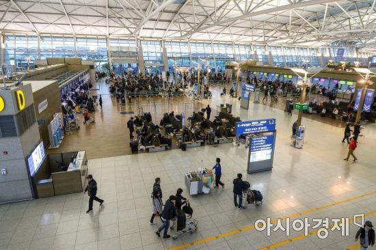 설날 연휴를 하루 앞둔 14일 인천국제공항 제1여객터미널이 예전에 비해 한산한 모습을 보이고 있다./영종도=강진형 기자aymsdream@
