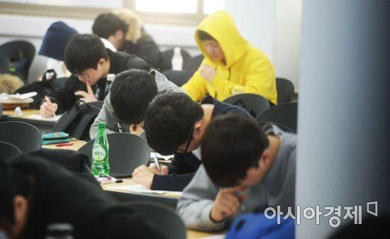 설날인 16일 서울 동작구 노량진의 한 경찰공무원 학원에서 수험생들이 자습을 하고 있다. /문호남 기자 munonam@