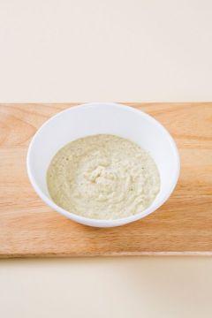 1. 녹두는 물에 4시간 정도 충분히 불려 손으로 비벼서 껍질을 벗긴다. 믹서에 녹두와 물 1/2컵을 넣어 곱게 간다.