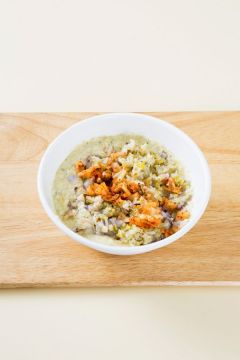 5. 녹두 간 것에 해산물, 숙주, 배추김치를 넣어 섞는다.  Tip 반죽이 너무 질면 부치기 힘드니 쌀가루나 녹말가루로 농도를 맞춘다.