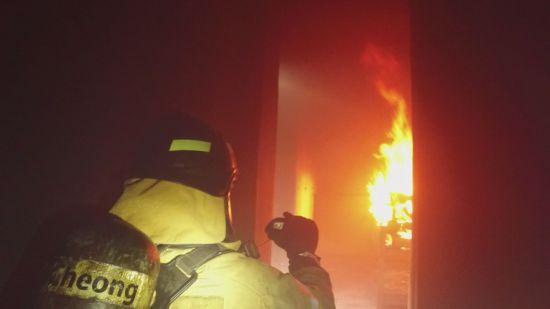 소방관이 가상으로 연출한 화재 현장에서 불을 끄고있다. 해당 사진은 기사와 관련 없음.