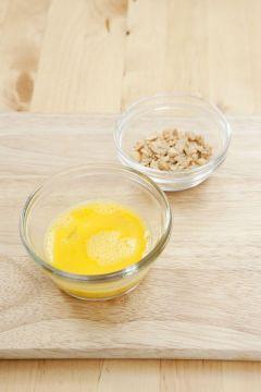 2. 달걀은 곱게 풀고, 땅콩은 굵직하게 다진다.