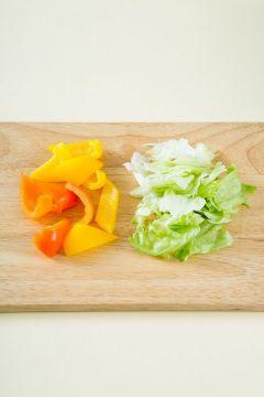 2. 노랑 파프리카와 빨강 파프리카는 적당한 크기로 썰고 샐러드 채소는 깨끗이 씻어 물기를 뺀다.