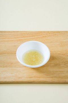 3. 분량의 마늘 드레싱 재료를 골고루 섞는다. (다진 마늘 1, 식초 1.5, 레몬즙 1, 올리브오일 3, 설탕 1, 소금 약간)