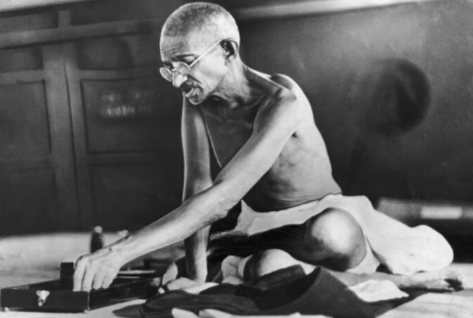 마하트마 간디는 1947년 인도 독립 당시 유혈사태가 벌어지자 3일 단식으로 민족 간 충돌을 중단시킨 바 있다.