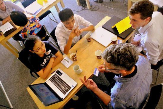 스타트업 관계자들이 공유오피스 공용공간에서 전문가들의 컨설팅을 받고 있는 모습