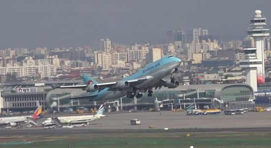 제주공항을 이륙 중인 'B747-400'기의 모습. [사진=유튜브 화면캡처].