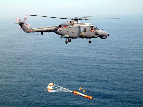 해군 대잠헬기인 링스에서 목표 잠수함을 타격하는 신형 경어뢰인 `청상어'가 발사되고 있다. [이미지출처=연합뉴스]