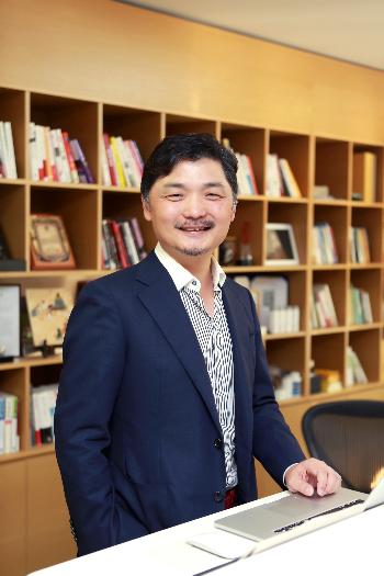 김범수 의장, 카카오 역사적 신고가에 가족 증여한 까닭은