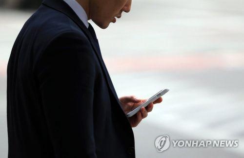 한 스마트폰 이용자 [이미지출처=연합뉴스]