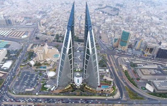 바다를 마주보고 있는 건물의 정면에 3대의 풍력터빈이 설치된 바레인 세계무역센터. 돛을 형상화한 아름다운 건물의 외관이 눈길을 사로 잡습니다.[사진=유튜브 화면캡처]
