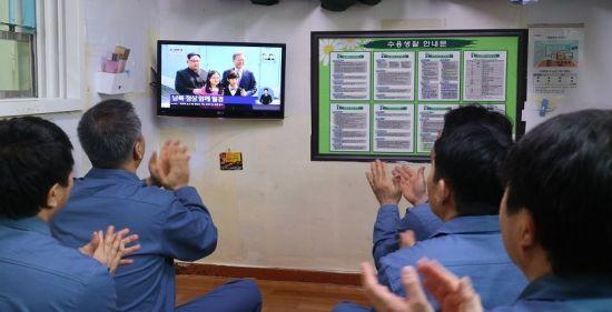 서울구치소 수용자들이 27일 남북 두 정상이 만나는 장면을 생방송으로 보고 있다.(사진=법무부)