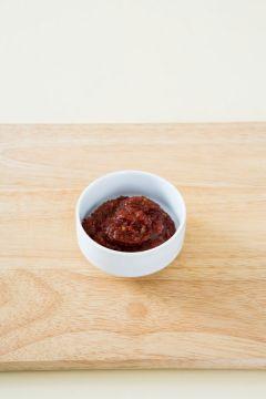 3. 분량의 조림장 재료를 골고루 섞는다. (국간장 1, 간장 1, 고춧가루 2, 맛술 1, 다진 마늘 1, 물 1컵)