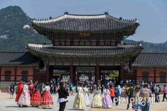 서울 종로구 경복궁을 찾은 관광객들/강진형 기자aymsdream@