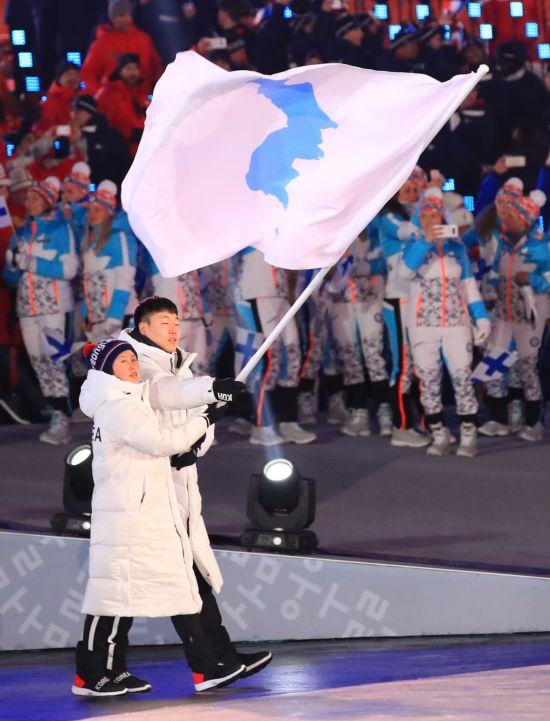 지난 평창동계올림픽 개막식에 한반도기를 들고 공동입장하는 남북선수단.<사진출처:연합뉴스>