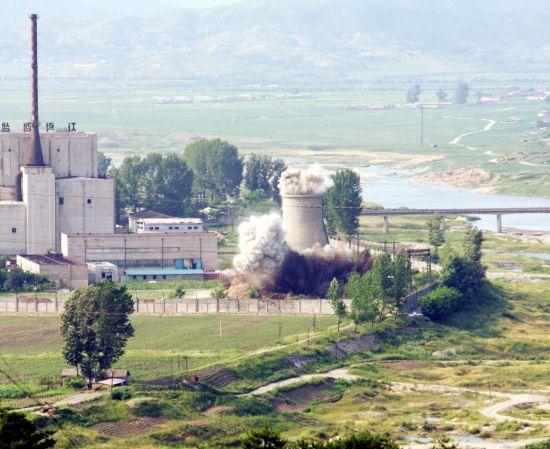 2008년 6월 27일 북한이 비핵화 의지를 밝히기 위해 영변 원자로의 냉각탑을 폭파하는 모습.