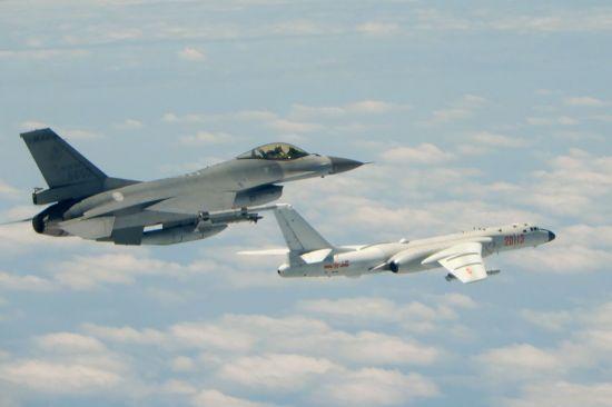 대만 국방부가 지난해 5월11일(현지시간) 공개한 사진으로, 대만 남부 바이시 해협 상공에서 대만 공군 소속 F-16 전투기(왼쪽)와 중국 인민해방군 소속 H-6k 폭격기가 바짝 붙어 비행하고 있다.  (사진=연합뉴스)