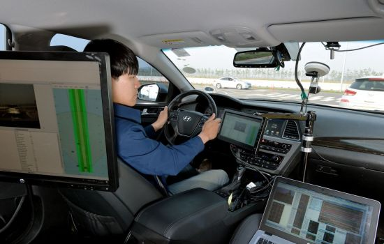 현대모비스 서산주행시험장에서 연구원이 레이더 시험을 진행하는 모습