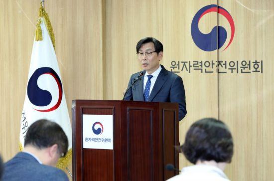 엄재식 원자력안전위원회 위원장(자료사진) [이미지출처=연합뉴스]