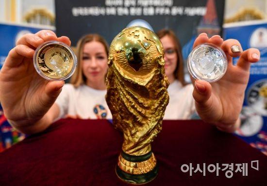 25일 서울 중구 주한러시아대사관에서 모델들이 2018 FIFA 러시아 월드컵 기념주화 및 한국조폐공사 돔형 FIFA 공식기념메달 실물을 공개하고 있다./강진형 기자aymsdream@