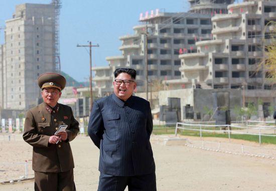 북한 국무위원장 김정은(오른쪽)이 지난해 5월 26일 강원도 원산-갈마 해안관광지역 개발현장을 시찰하는 모습.