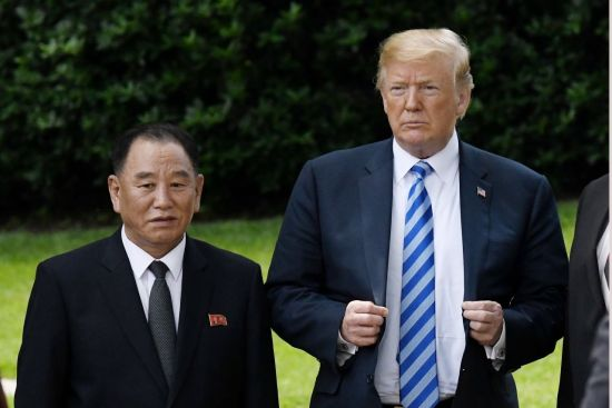 김영철 조선아시아태평양평화위원회 위원장(왼쪽)과 도널드 트럼프 미국 대통령