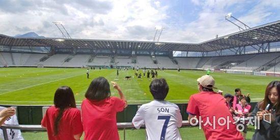 한국 교민들이 오스트리아 인스부르크 티볼리스타디움에서 경기 전 몸 푸는 선수들을 환영하고 있다 [사진=김형민 기자]