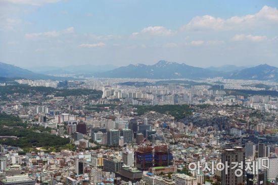 미세먼지 농도가 전국 대부분 지역에서 '좋음' 수준을 보이는 등 맑은 날씨를 보인 12일 서울 남산에서 바라본 도심 하늘이 푸르다. /문호남 기자 munonam@