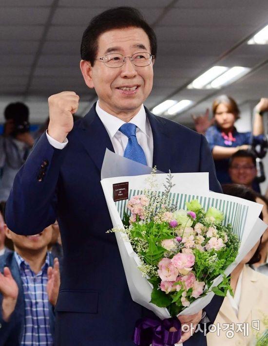 6.13 지방선거에서 서울시장으로 당선된 박원순 더불어민주당 후보가 꽃다발을 들고 지지자들에게 인사를 하고 있다./윤동주 기자 doso7@