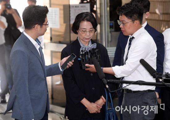 한진그룹 총수일가 외국인 가사도우미 불법고용 의혹을 받는 이명희 전 일우재단 이사장 20일 구속 전 피의자심문(영장실질심사)를 받기 위해 서울중앙지방법원으로 들어서고 있다./김현민 기자 kimhyun81@