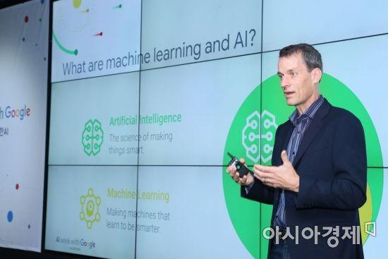제프 딘(Jeff Dean) 구글 시니어 펠로우가 26일 구글 캠퍼스서울에서 열린 'AI with 구글' 컨퍼런스에서 기조연설을 하고 있다.