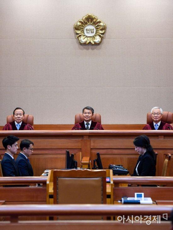이진성 헌법재판소 소장이 28일 서울 종로구 헌법재판소에서 열린 '양심적 병역거부자'를 처벌하는 병역법 제88조 1항에 대한 위헌심판을 주재하고 있다./강진형 기자aymsdream@