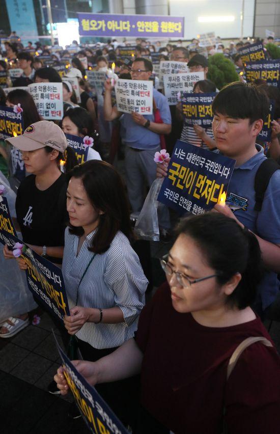 지난달 30일 광화문 동화면세점 앞에서 열린 난민반대집회 모습(사진=연합뉴스)