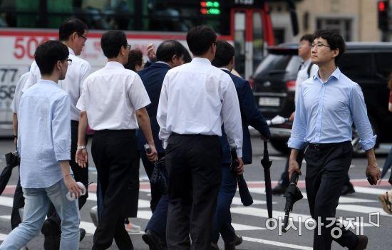 주 52시간 근무제가 시행된 후 서울 광화문네거리 인근에서 시민들이 퇴근길 발걸음을 옮기고 있다./김현민 기자 kimhyun81@