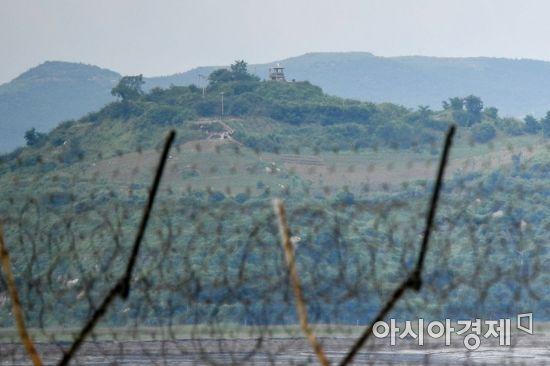 남북적십자가 이산가족 생사확인 의뢰서를 교환한 3일 인천 강화군 교동도 철책선 너머로 황해도 연백군 북한군 초소가 관측되고 있다./강화=강진형 기자aymsdream@