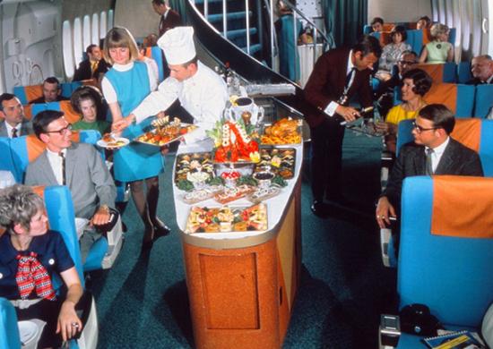 쉐프가 항공기 통로에서 직접 기내식을 담아 서빙하는 모습. 스웨덴, 덴마크, 노르웨이 3국이 합작해 설립한 스칸디나비아항공(SAS)의 1970년대 기내식 제공 모습. 사진 = SAS