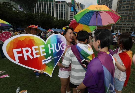 14일 오후 '서울퀴어문화축제'에서 한 참가자가 프리허그 퍼포먼스를 하고 있다. / 사진=연합뉴스