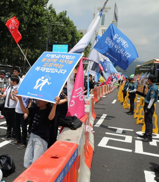 14일 오후 대한문 앞에서 서울퀴어문화축제 반대 집회가 열리고 있다. / 사진=연합뉴스