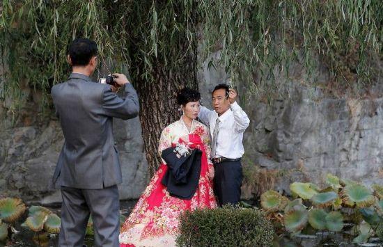 몇 년 전만 해도 북한에서 결혼은 사랑하는 남녀가 부부로 가정을 이루는 경사라며 경축했지만 요즘 북한 젊은이들의 경우 결혼이란 자유를 빼앗기고 불행이 시작되는 문턱이라고 생각하기도 한다(사진=AP연합뉴스).