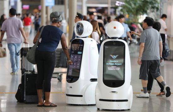 11일 오후 인천공항 제1여객터미널 3층 출국장에서 열린 인천공항 안내로봇 에어스타 시연회에서 여객들이 로봇을 체험해보고 있다.