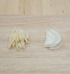 2. 감자와 양파는 껍질을 벗긴 후 채썬다.
