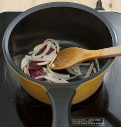 3. 냄비에 버터를 두르고 비트와 감자, 양파를 넣어 볶는다.