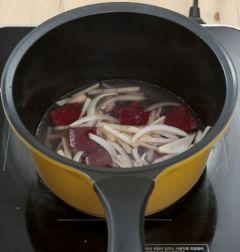 4. ③에 물을 넣어 감자가 익을 때까지 은근한 불로 끓인다.